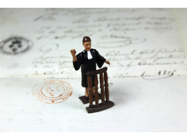 Figurine avocat femme
